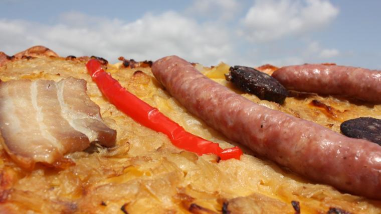 La coca enramada és un producte gastronòmic típic de l'Arboç.