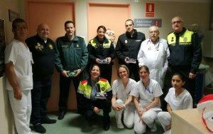 Agents dels diferents cossos policials, a l'Hospital del Vendrell.