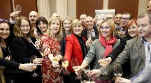 Alcaldes, regidors i diputats del Penedès celebren la creació de la vegueria amb cava.