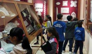 Grup d'alumnes de l'Escola els Secallets de Comarruga en una de les sales del Museu de Punta al Coixí.