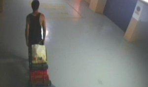 El detingut que ha entrat a presó, captat per una càmera de seguretat d'un pàrquing.