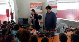 Els escolars visitant l'estand amb drons.