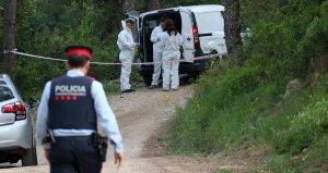 Mossos investigant al camí on s'ha trobat el cotxe cremant.