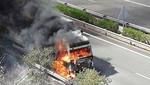 La cabina del camió envoltada de flames.