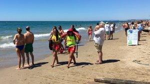 Dues socorristes a les platges de Calafell.