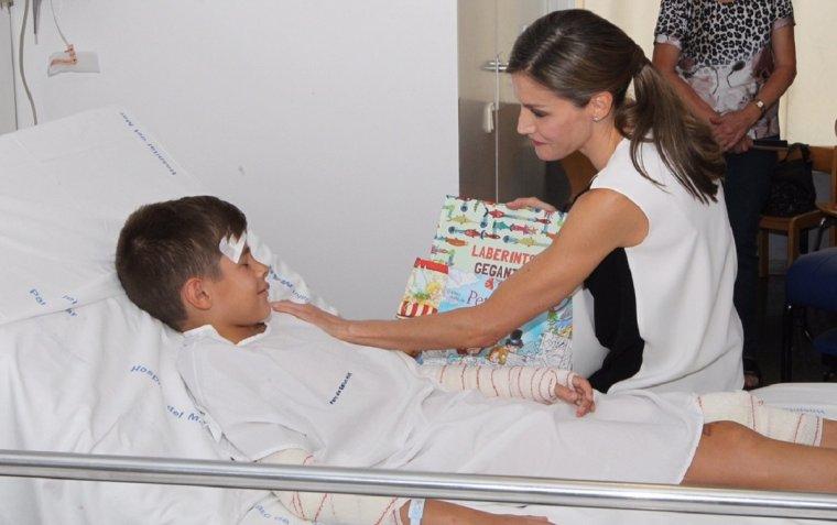 La reina Letícia, amb el menor del Vendrell, a l'Hospital del Mar.