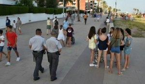Dos vigilants privats passejant pel Passeig de Coma-ruga.