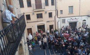 La multitud concentrada, sota la mirada d'August Armengol.