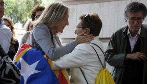 Montserrat Carreras rep l'escalf d'una ciutadana que porta una estelada.