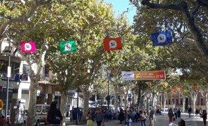 Pancartes a favor del 'sí' a la Rambla del Vendrell.