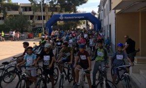 Participants a la pedalada popular de Cunit.
