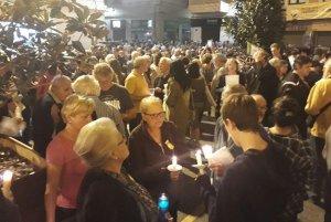 Ciutadans amb espelmes, a la plaça Vella del Vendrell.