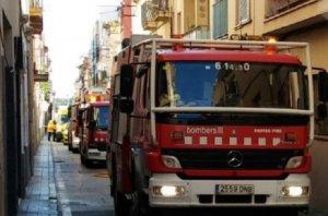 Els Bombers, treballant a l'incendi declarat al carrer Nou.