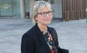 Eva Serramià, davant els jutjats del Vendrell.