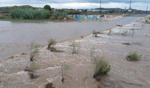 La riera de la Bisbal, plena d'aigua, a la desembocadura de Sant Salvador.