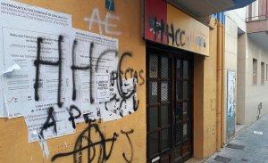 La seu d'ERC, plena de pintades signades per la DNJ.