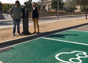 Montserrat Carreras i Toni Martínez, al punt de càrrega de cotxes elèctrics.