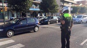 Un policia local de Calafell controlant el trànsit.