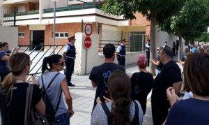 Una part dels concentrats aplaudeixen els Mossos que vigilaven la caserna de la Guàrdia Civil.