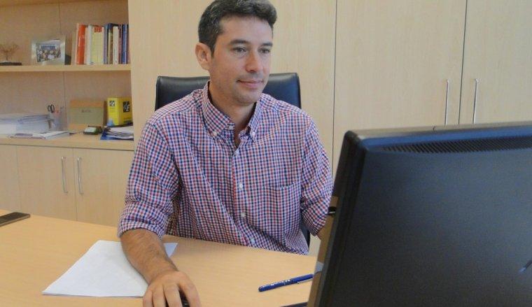 Kenneth Martínez, al seu despatx.