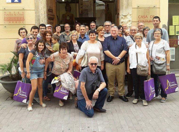 Premiats posant al carrer Major amb l'alcalde de l'Arboç, Joan Sans.