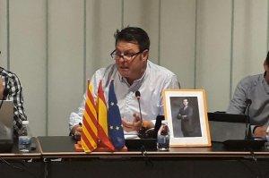 José Manuel Tejedor, amb la foto del Rei i les banderes oficials.