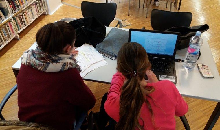 Estudiants, a la Biblioteca Terra Baixa del Vendrell.