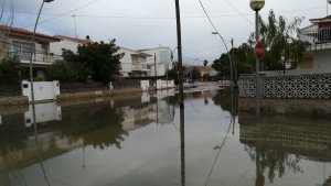 Carrers de Coma-ruga inundats pel temporal de mar.