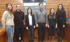 Els cinc joves que fan les pràctiques a l'Ajuntament del Vendrell, amb Kenneth Martínez.