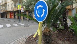 Un llaç a una senyal de trànsit de Calafell Platja.