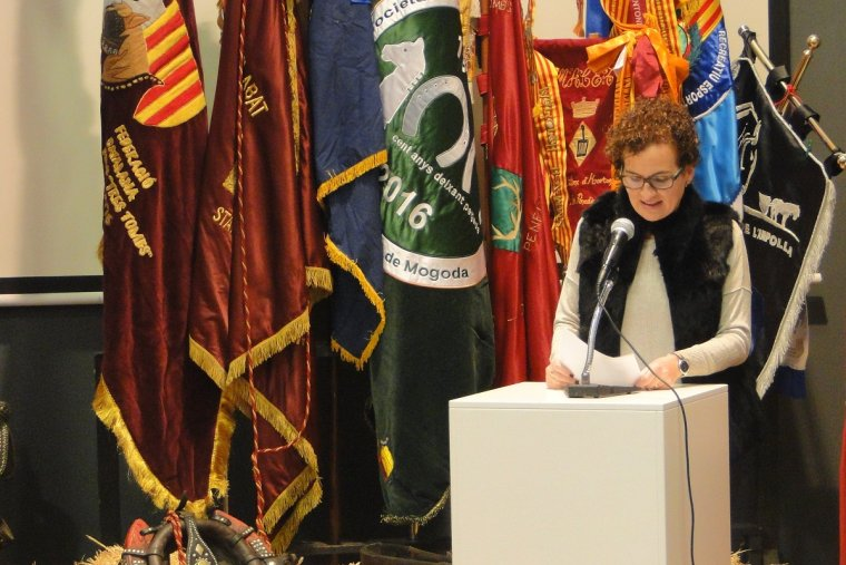 Agnès Ferré, dirigint-se als assistents, en la inauguració de la temporada dels Tres Tombs.