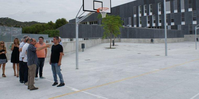 L'alcalde de Calafell, Ramon Ferré, visitant el pati d'una escola.