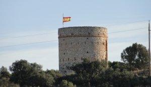 La bandera espanyola oneja a la torre del Puig.