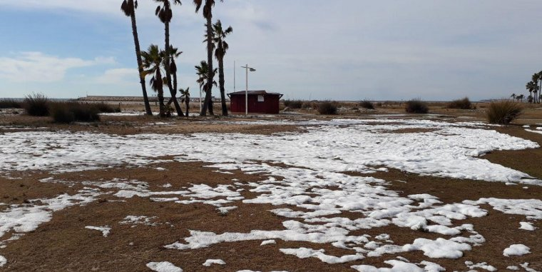 La platja de Coma-ruga, també ha quedat blanca en algunes zones.
