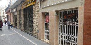 Locals tancats al carrer d'Àngel Guimerà del Vendrell.