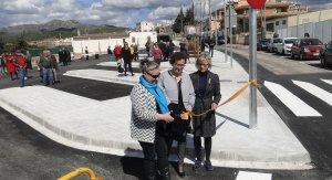 Maguy Antolín, Agnès Ferré i Eva Serramià, tallant la cinta inaugural del pàrquing.
