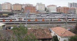 Tres passant per l'estació de Sant Vicenç de Calders.