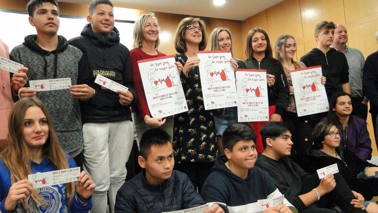 Alumnes de l'INS Ernest Lluch, amb les autoritats, presentant la marató de donants de sang de Cunit.