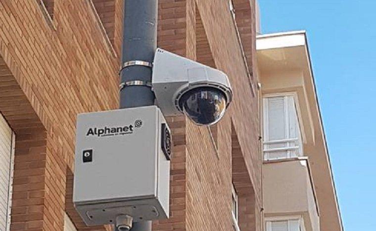 Una de les càmeres que s'han posat al carrer Monturiol.