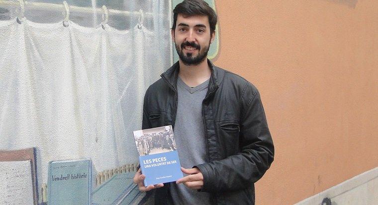 Marc Casellas, amb el seu llibre.