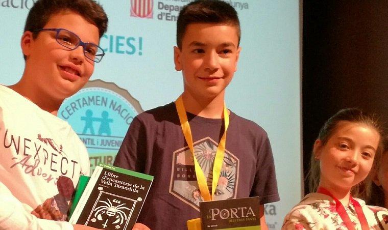 Els tres alumnes del Vendrell que han estat finalistes del concurs de lectura en veu alta.