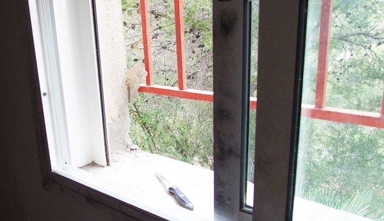 La finestra per on va entrar l'home a l'habitatge de Bellvei.
