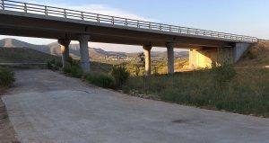 El camí d'accés a la urbanització de Santa Cristina.
