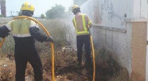 Els Bombers treballant al foc de matolls de Sant Salvador.