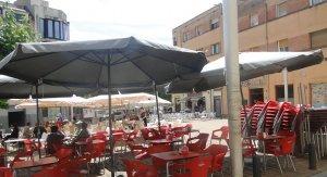Terrasses de bars a la plaça de Francesc Macià.