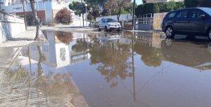 Els carrers pròxims a l'avinguda Brisamar han quedat plens d'aigües fecals.