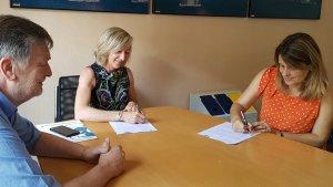 La signatura del nou conveni entre l'Ajuntament de Cunit i Sorea.
