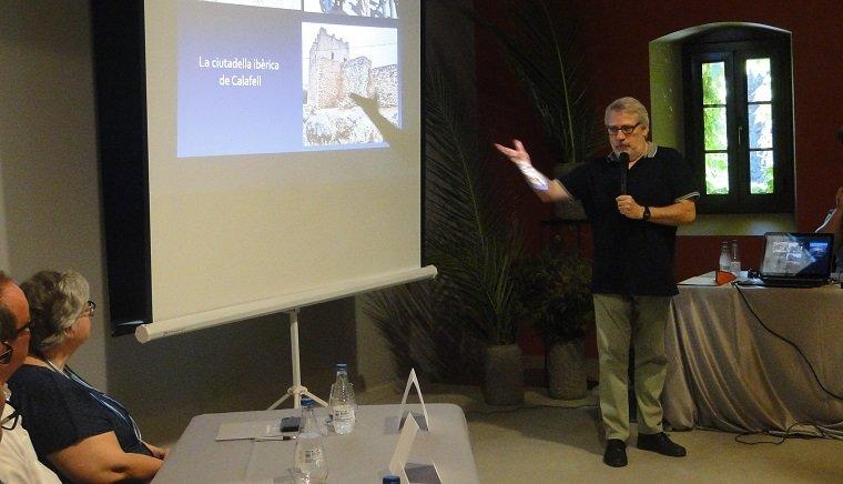 Joan Sanmartí explicant la troballa.