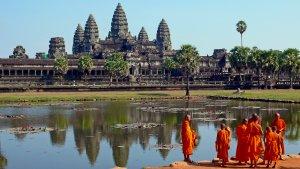 Monjes budistas frente a Angkor Wat, uno de los templos budistas más célebres.