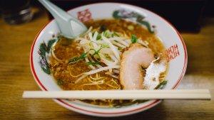 El ramen es un plato japonés de origen chino que se elabora con diferentes tipos de caldo, carnes o pescados.
